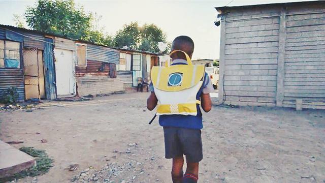 Arriva la cartella solare che illumina le notti Africane