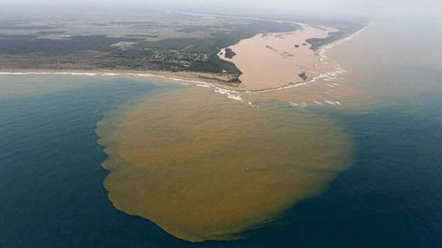 Il cedimento di ben due dighe della miniera di ferro ha causato un disastro ambientale senza precedenti.