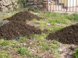 cumuli di compost da fare in giardino