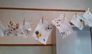 carta artigianale fatta a mano con fiori secchi per partecipazioni di matrimonio