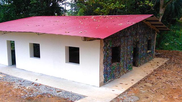 Eco-villaggio costruito con bottiglie di plastica