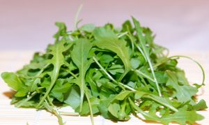 Rucola insalata estiva, verdura di stagione di luglio