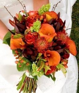 bouquet da sposa di dalie bacche e foglie