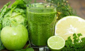 centrifugato cetriolo mela verde e zenzero per l'estate