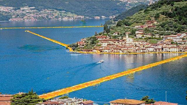 passerella galleggiante sul lago d'iseo