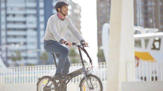 Pedalare in città con una bici pieghevole