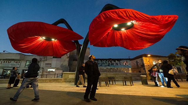 lampioni a forma di papaveri giganti a Gerusalemme
