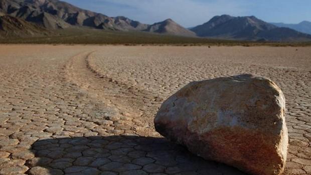 pietre che si muovono nella death valley
