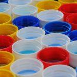 10 idee per riciclare i tappi di plastica