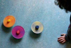 trottole colorate per riciclare tappi di plastica