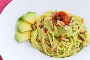 spaghetti al pesto di avocado e pomodorini
