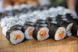 sushi con salmone e avocado
