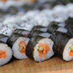 Sushi roll con salmone e avocado: ricetta originale
