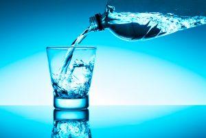 bere acqua in bottiglia pro e contro