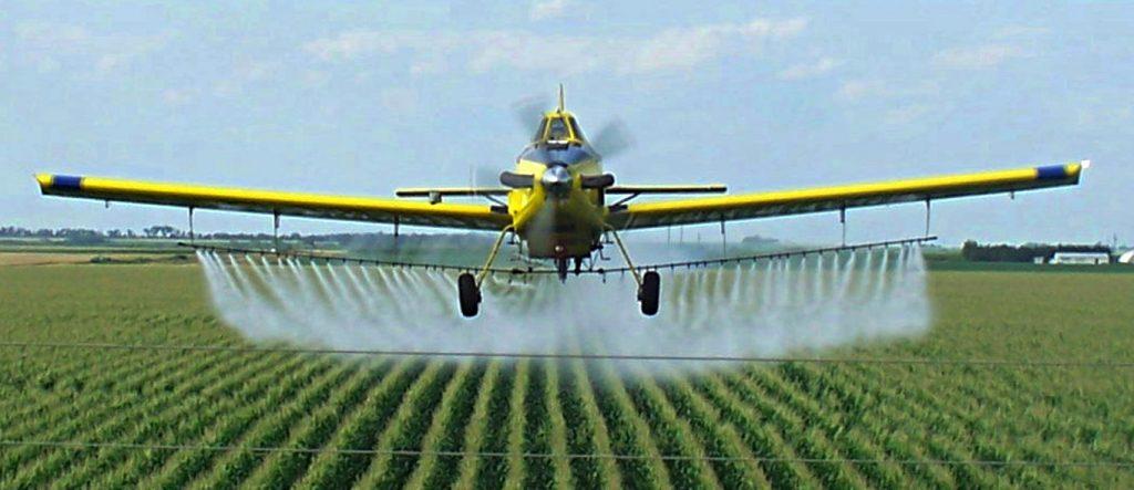 Un aereo distribuisce il Glifosato su un campo