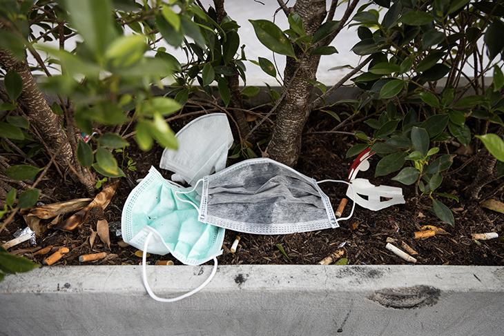 Nuovi rifiuti da Coronavirus: SOS mascherine e guanti gettati per strada