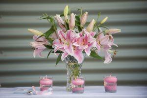 mazzo di fiori con candele