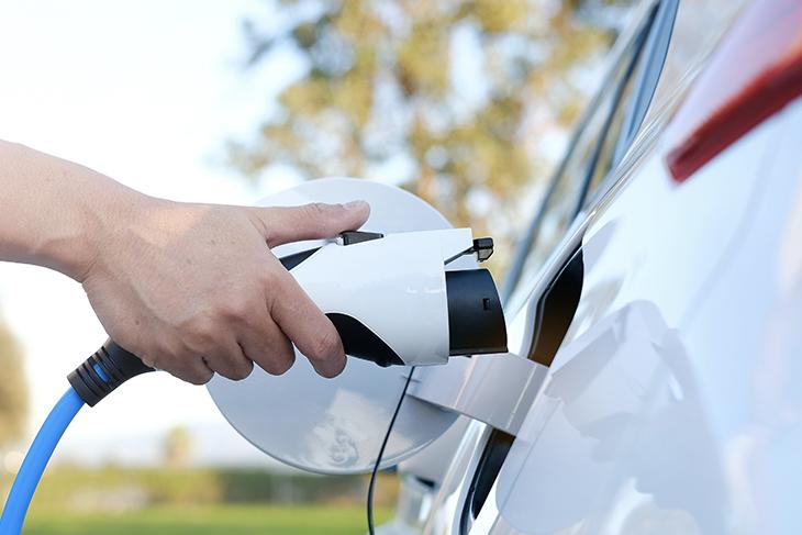 Quanto costa ricaricare un'auto elettrica? Dove e come farlo